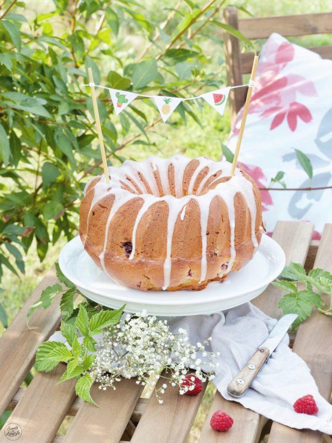Joghurt Gugelhupf mit Himbeeren und selbst gemachter Wimpelkette mit dem Sommerparty Deko-Set von Sweets & Lifestyle®