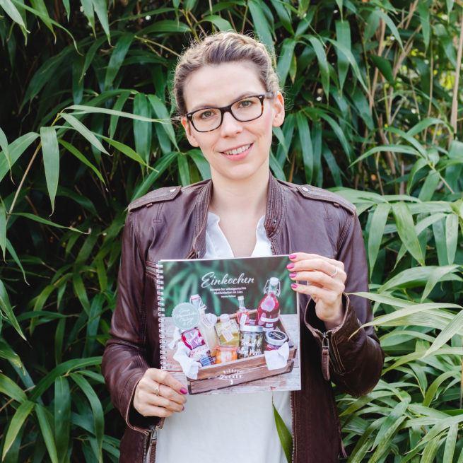 Verena Pelikan mit ihrem zweiten Buch Einkochen Rezepte für selbstgemachte Köstlichkeiten im Glas