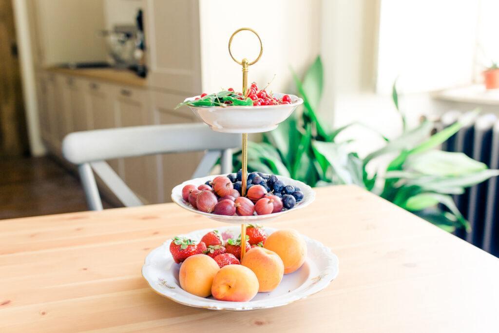 Frisches Obst in der Kueche im Landhausstil im SchlossStudio dem Kochstudio von Verena Pelikan im Schloss Coburg in Ebenthal im Weinviertel