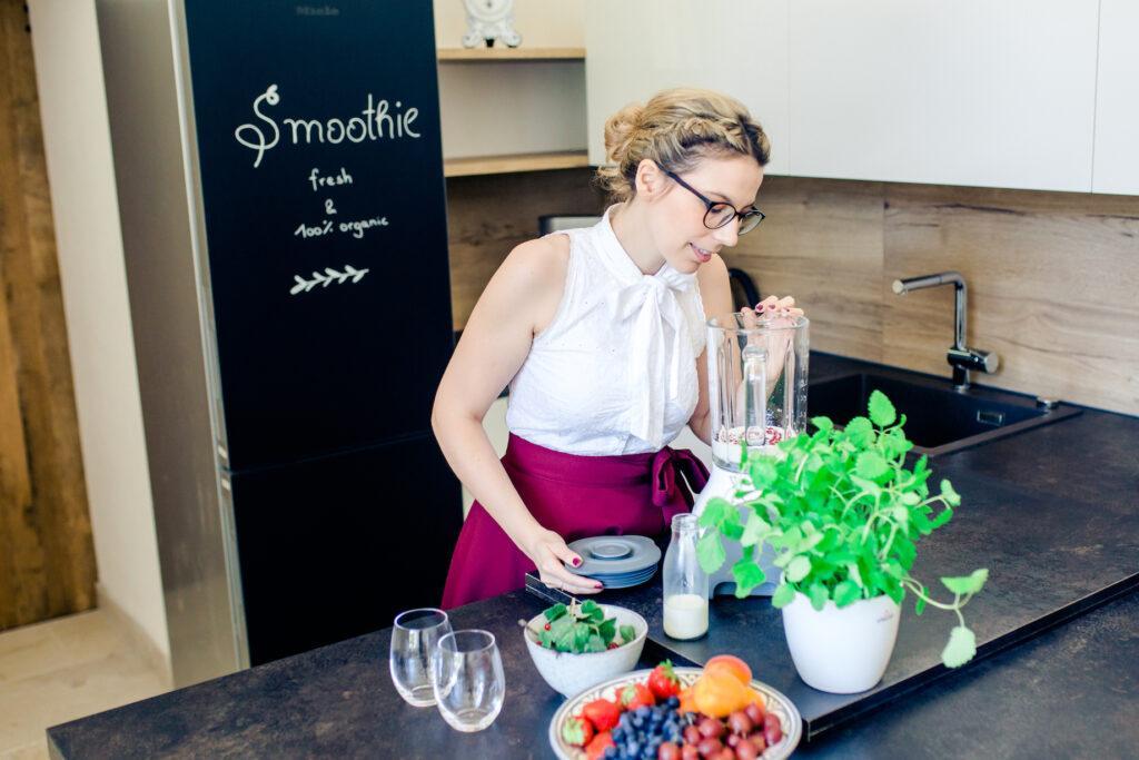 Foodbloggerin Verena Pelikan bei der Zubereitung von einem Ribiselsmoothie in ihrem Kochstudio dem SchlossStudio im Weinviertel