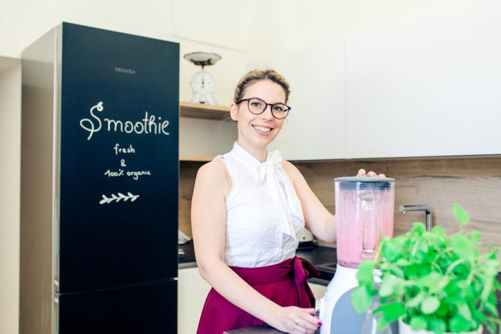 Kochstudio Besitzerin Verena Pelikan beim Zubereiten von einem Ribiselsmoothie in ihrem SchlossStudio