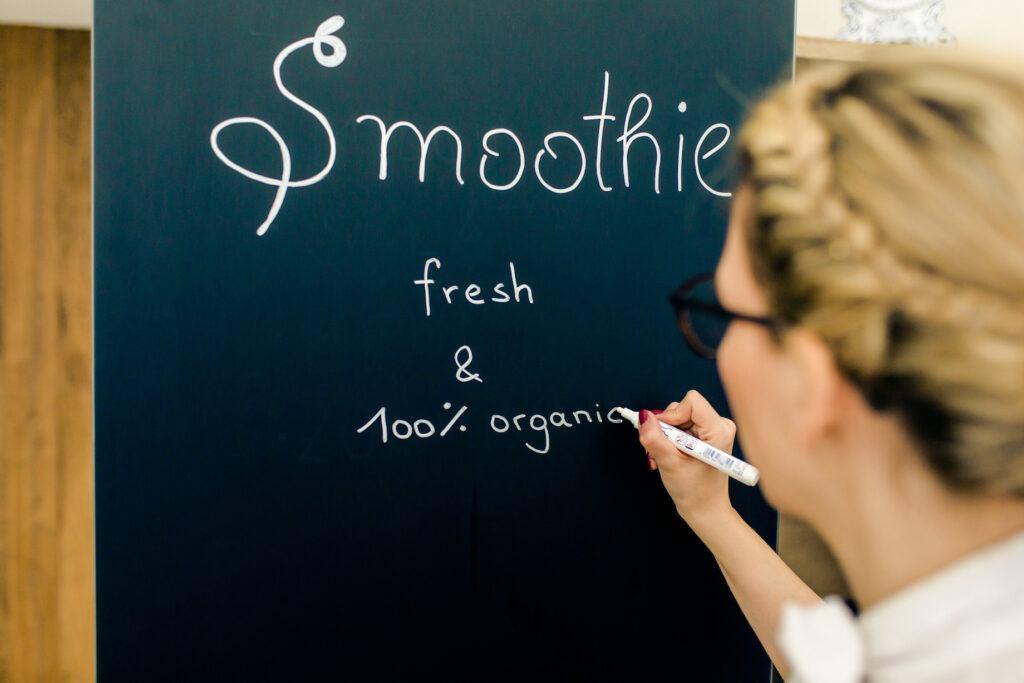 Verena Pelikan beschriftet ihren Miele Blackboard Edition Kuehlschrank in ihrem SchlossStudio Kochstudio im Weinviertel