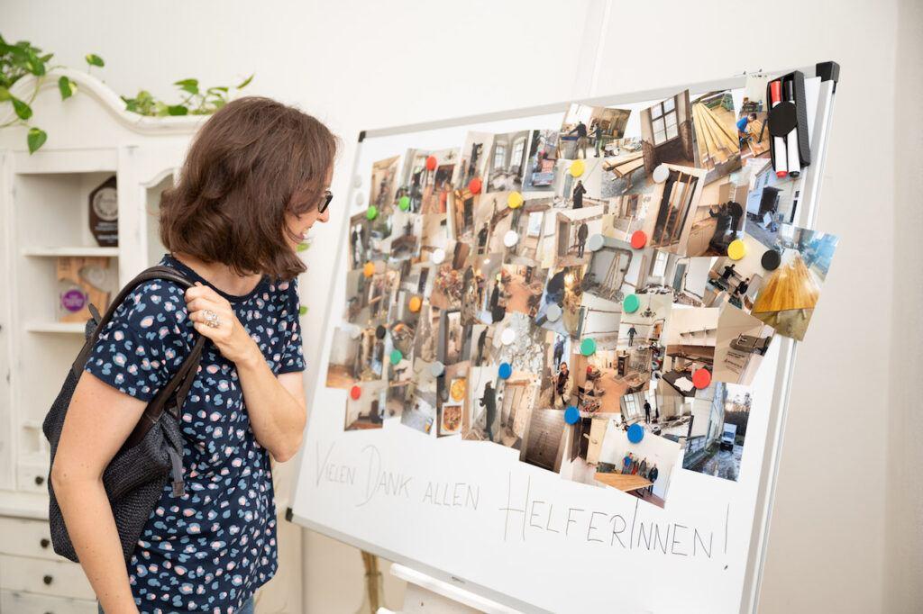 Bilderwand mit der Dokumentation des Umbaus bei der SchlossStudio Eroeffnung von Verena Pelikan