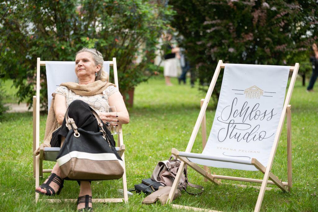 GR Carmen Schranz im Liegestuhl bei der SchlossStudio Eroeffnung von Verena Pelikan