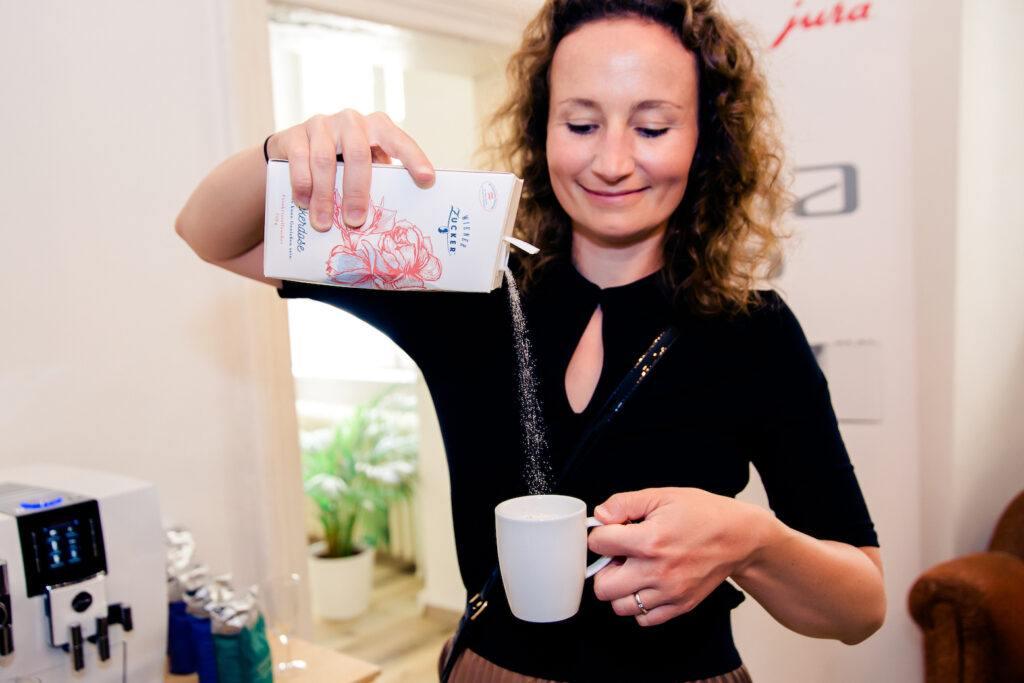 Junge Dame mit Kaffee und Zuckerdose bei der SchlossStudio Eroeffnung von Verena Pelikan im Schloss Coburg zu Ebenthal
