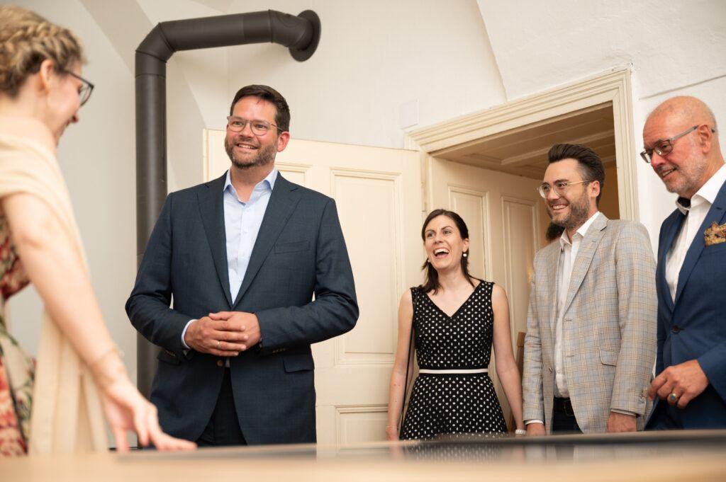 EU Abgeordneter Lukas Mandl als Ehrengast amuesiert sich bei der SchlossStudio Eroeffnung von Verena Pelikan im Schloss Coburg zu Ebenthal