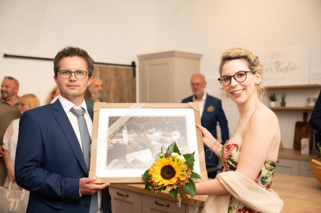 Ebenthals Buergermeister Christoph Veit mit SchlossStudio Inhaberin Verena Pelikan bei der SchlossStudio Eroeffnung