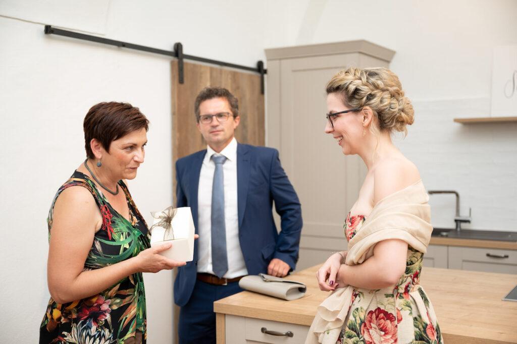 Ebenthals Vize Buergermeisterin Martha Epp ueberreicht Verena Pelikan ein Geschenk bei der SchlossStudio Eroeffnung