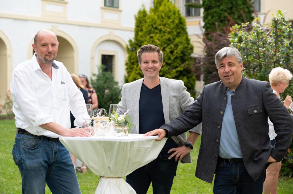 Gaeste bei der SchlossStudio Eroeffnung von Verena Pelikan im Innenhof vom Schloss Coburg zu Ebenthal