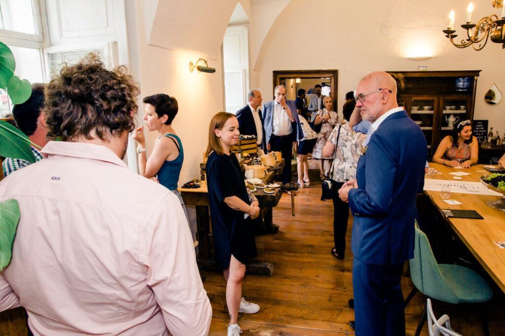 Gaeste beim Buffet bei der SchlossStudio Eroeffnung von Verena Pelikan im Schloss Coburg zu Ebenthal