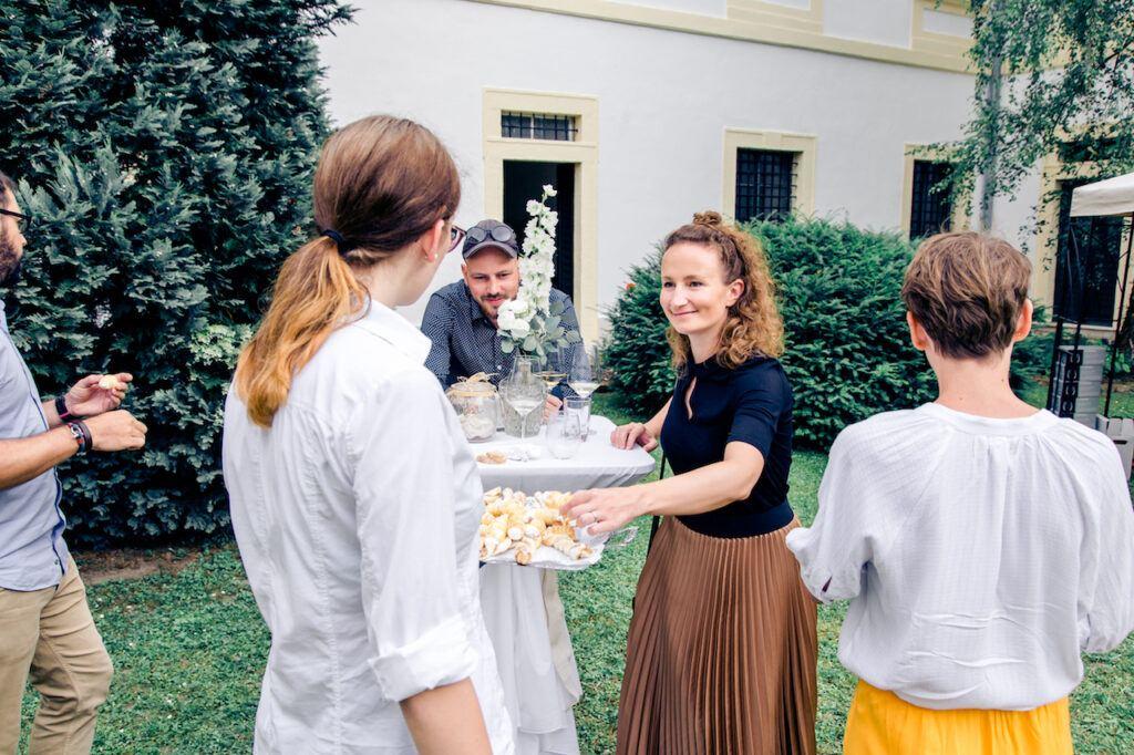 Gaeste im Schlossinnenhof bei der SchlossStudio Eroeffnung von Verena Pelikan