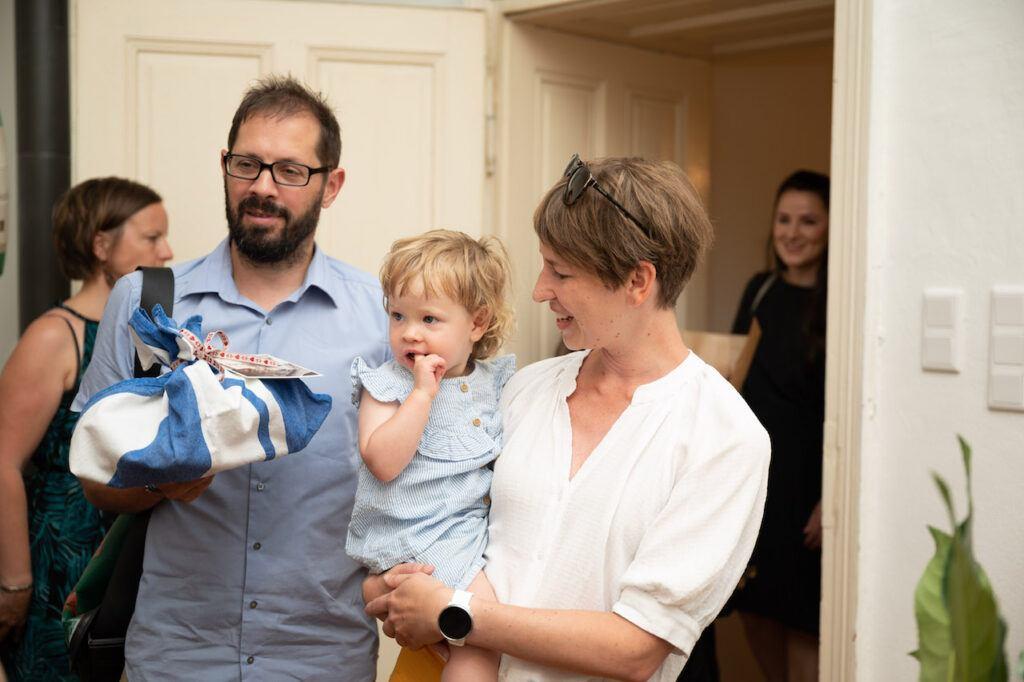 Gaeste mit Kind bei der SchlossStudio Eroeffnung von Verena Pelikan im Schloss Coburg zu Ebenthal