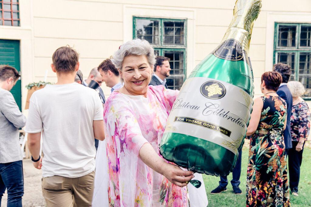 Imagemacherin Inge Walther mit Luftballon bei der SchlossStudio Eroeffnung von Verena Pelikan im Schloss Coburg zu Ebenthal
