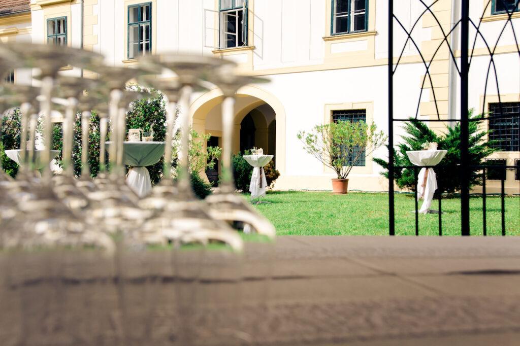 Dekorierter Innenhof von Schloss Coburg zu Ebenthal bei der SchlossStudio Eroeffnung von Verena Pelikan