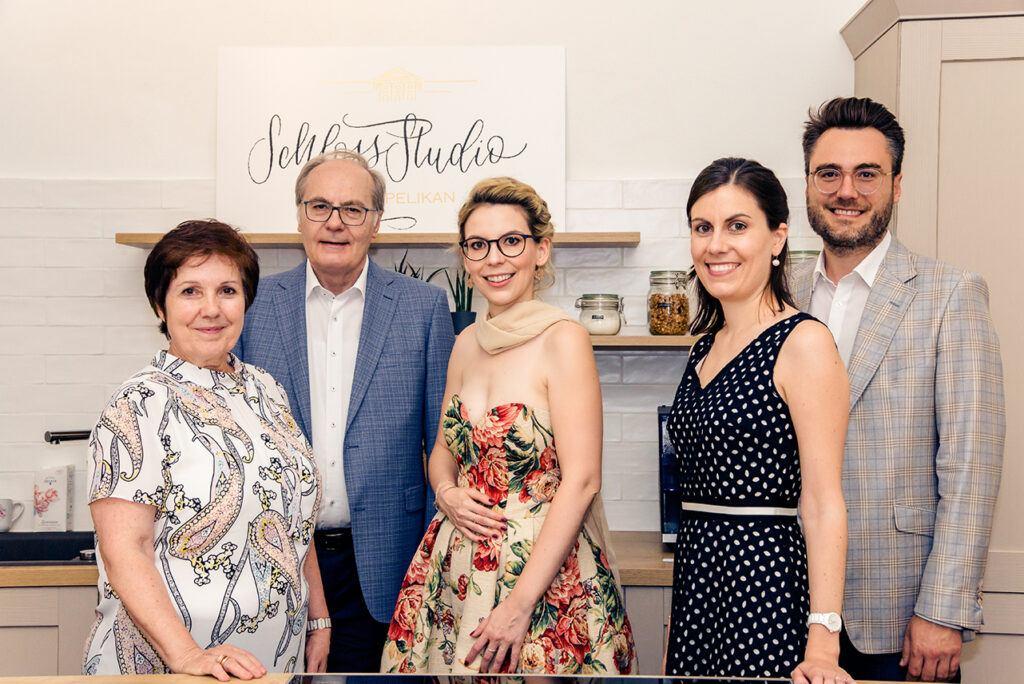 Die gesamte Moebelhaus Unternehmer Familie Boehm Mitsch mit Verena Pelikan bei der SchlossStudio Eroeffnung im Schloss Coburg zu Ebenthal