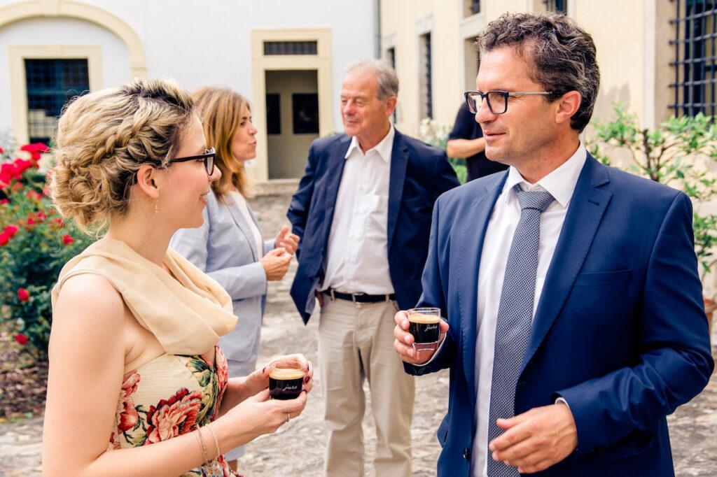 SchlossStudio Inhaberin Verena Pelikan im Gespraech mit Buergermeister Christoph Veit bei der Eroeffnungsfeier