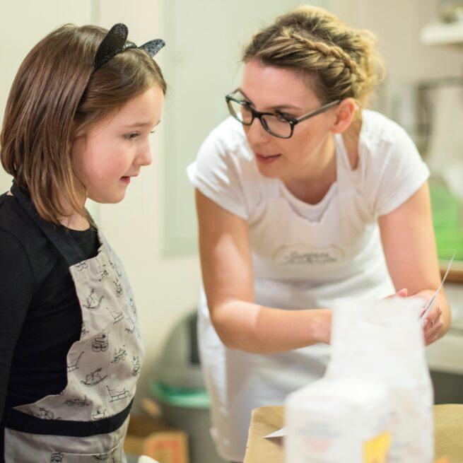 Verena Pelikan gibt einen Halloween Backkurs fuer Kinder im Kochstudio SchlossStudio in Ebenthal im Weinviertel