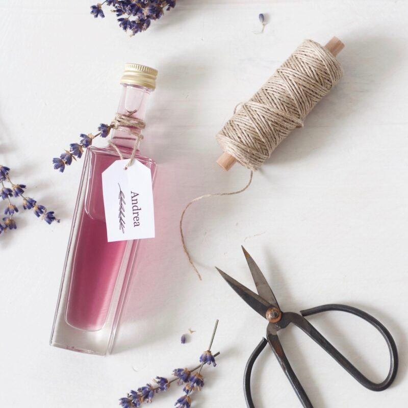 Lavendelsirup als selbst gemachtes Gastgeschenk fuer die Hochzeitsgaeste selber machen bei der Give Aways selber machen Party im SchlossStudio von Verena Pelikan im Weinviertel