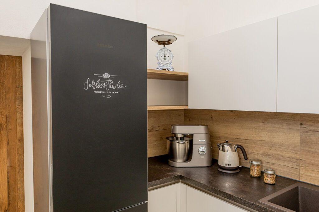 Miele Kuehl- und Gefrierkombination Blackboard edition im Kochstudio und Fotostudio SchlossStudio von Verena Pelikan in Ebenthal