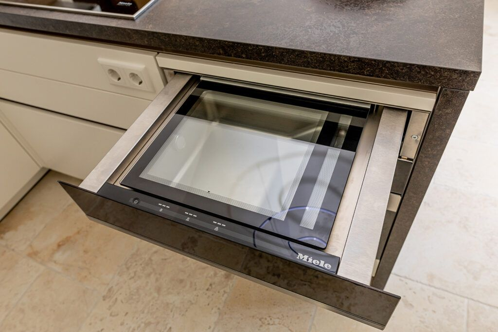 Miele Vakuumierschublade in der schwarz weissen Kueche Wonderwall im Kochstudio SchlossStudio von Verena Pelikan in Ebenthal