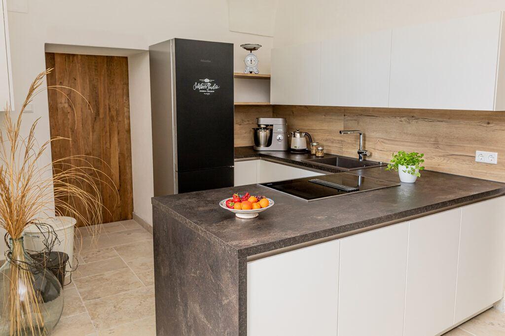 Moderne schwarz weisse Kueche ausgestattet mit Miele Geraeten zum Mieten fuer Kochkurse, Fotoaufnahmen und Videoproduktionen im SchlossStudio Kochstudio von Verena Pelikan