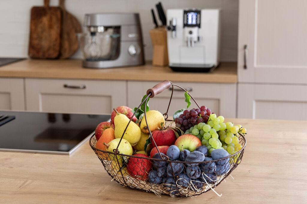 Obstkorb mit Obst aus dem eigenen Garten im SchlossStudio Kochstudio im Schloss Coburg zu Ebenthal im Weinviertel