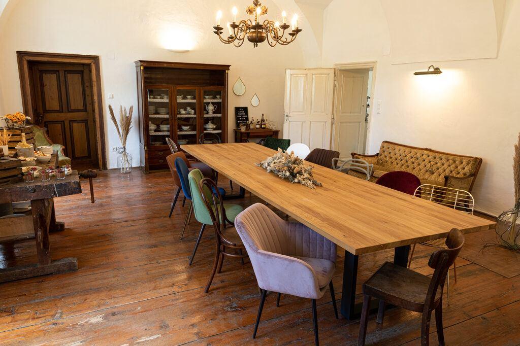 Fuenfzig Quadradmeter großer Seminarraum mit großem Eichentisch im SchlossStudio von Verena Pelikan im Schloss Coburg zu Ebenthal