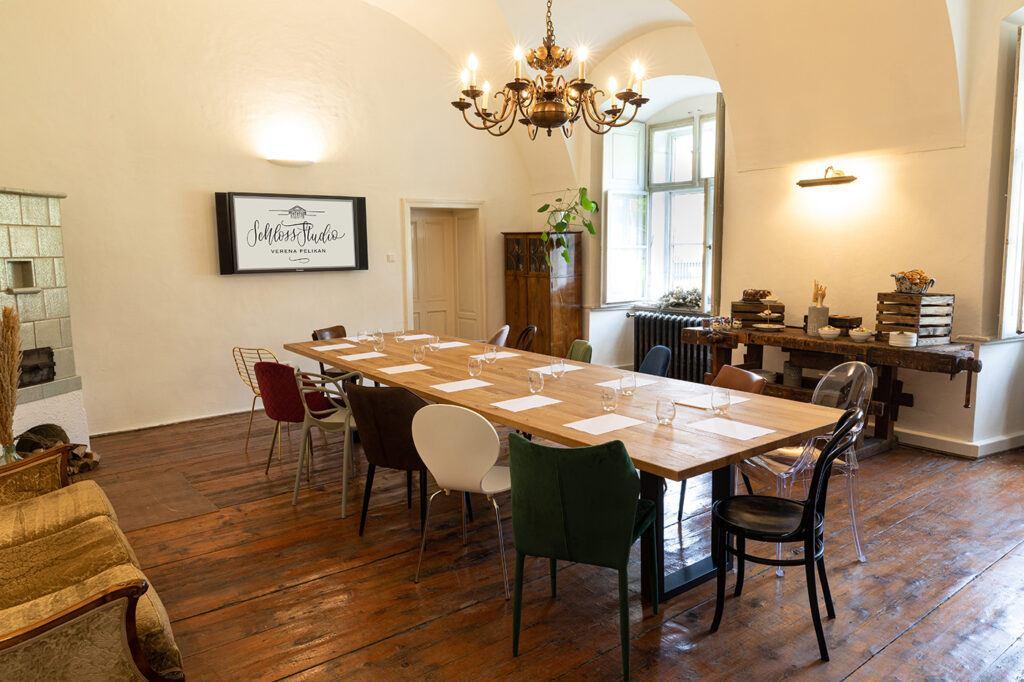 Seminarraum Holzbock zum Mieten fuer Seminare, Produktpraesentationen, Weihnachtsfeiern und vieles mehr im SchlossStudio von Verena Pelikan im Schloss Coburg zu Ebenthal