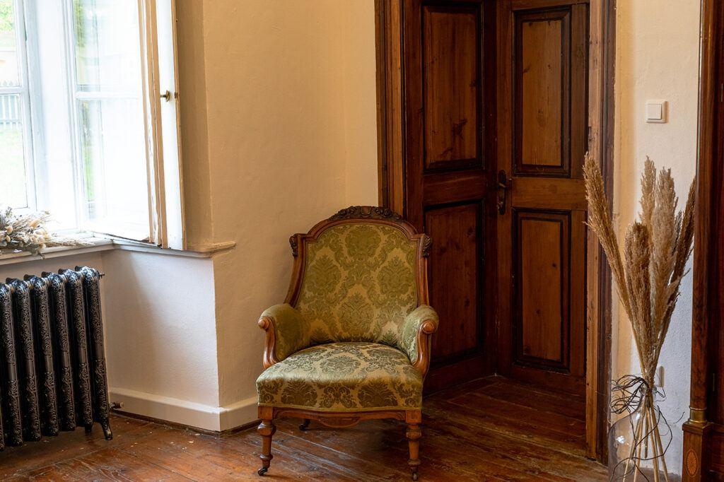 Gemuetliche Sitzecke im Seminarraum Holzbock im SchlossStudio von Verena Pelikan