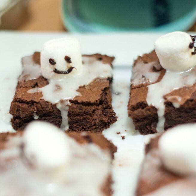 Spooky Boo Brownies werden beim Halloween Backkurs mit Verena Pelikan im SchlossStudio mit Muettern und Kindern gebacken