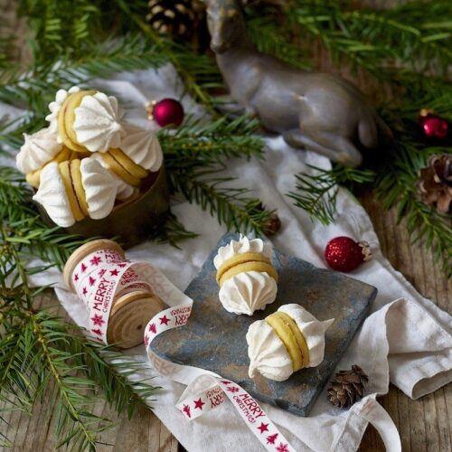 Zwickerlbusserl werden beim Weihnachskekse Backkurs im SchlossStudio von Verena Pelikan mit den Kursteilnehmern gebacken