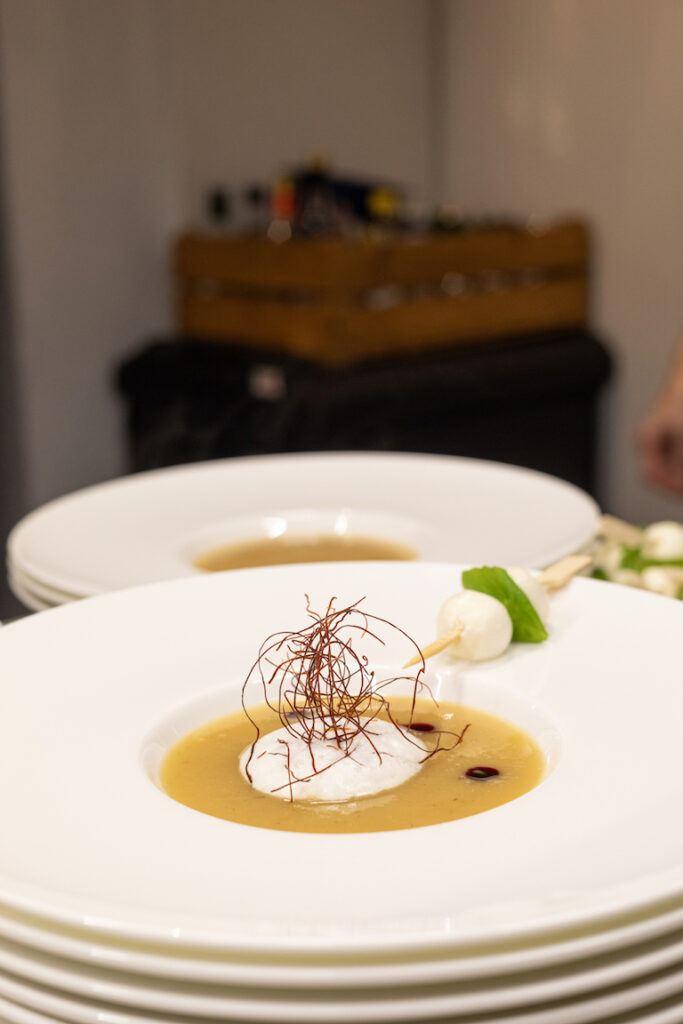 Apfel Sellerie Suppe gekocht im Schauraum Wien und fotografiert von Verena Pelikan