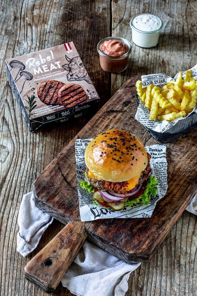 Cheeseburger-mit-Rebel-Meat-Bio-Burger-Patties-gemacht-und-fotografiert-von-Verena-Pelikan-im-Fotostudio-SchlossStudio-im-Weinviertel-in-Niederoesterreich