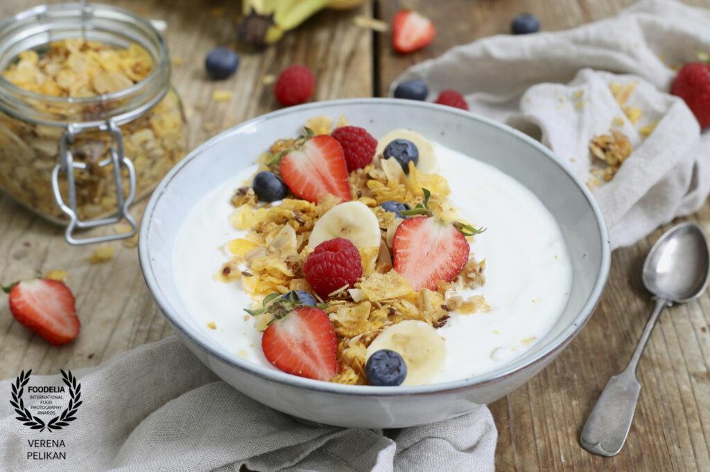 Oesterreichische Foodfotografin Verena Pelikan als Top 10 Foodfotografin von Foodelia International Foodphotography Awards fuer ihr Granola mit Joghurt und Fruechten Bild ausgezeichnet