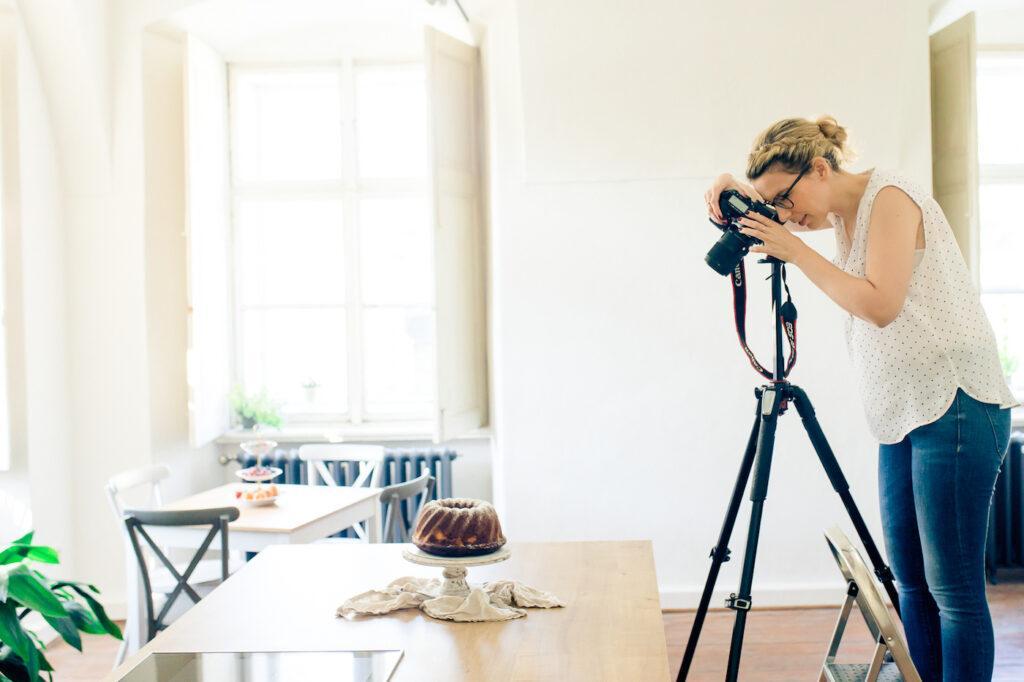 Foodfotografin Verena Pelikan bei der Arbeit in ihrem eigenen Fotostudio SchlossStudio im Weinviertel in Niederoesterreich