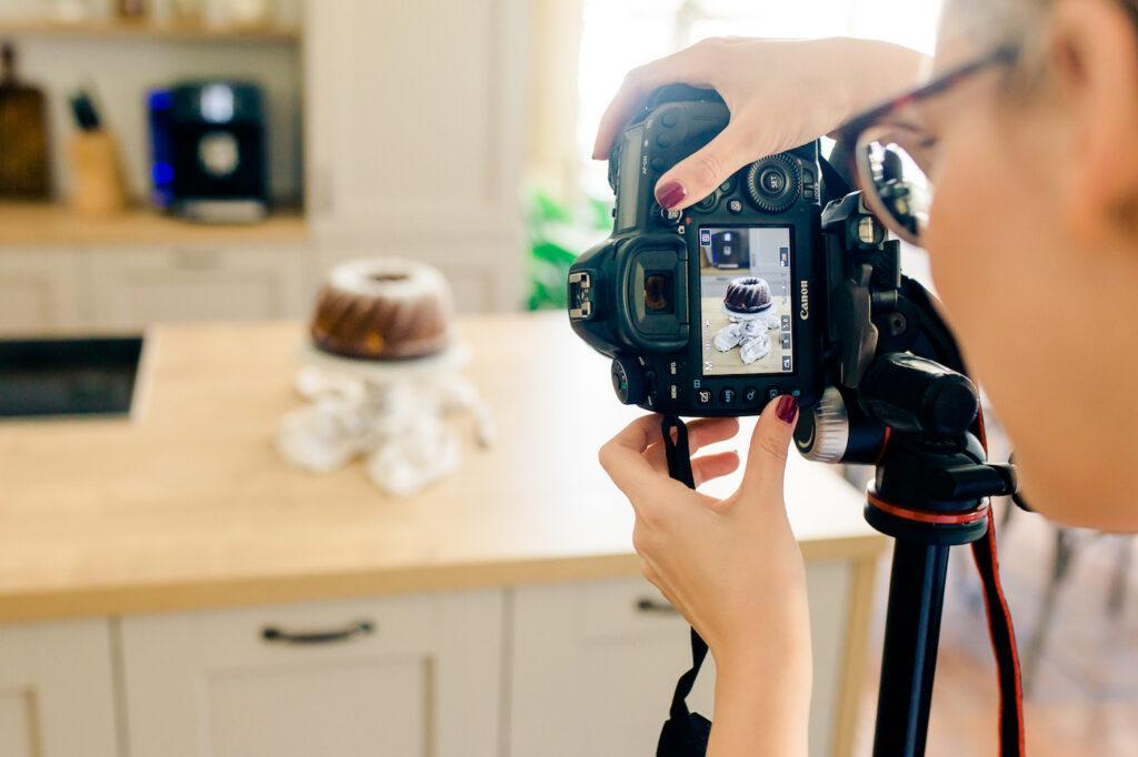 Foodfotografin Verena Pelikan beim Fotoshooting fuer einen Kunden im Fotostudio SchlossStudio im Weinviertel in Niederoesterreich