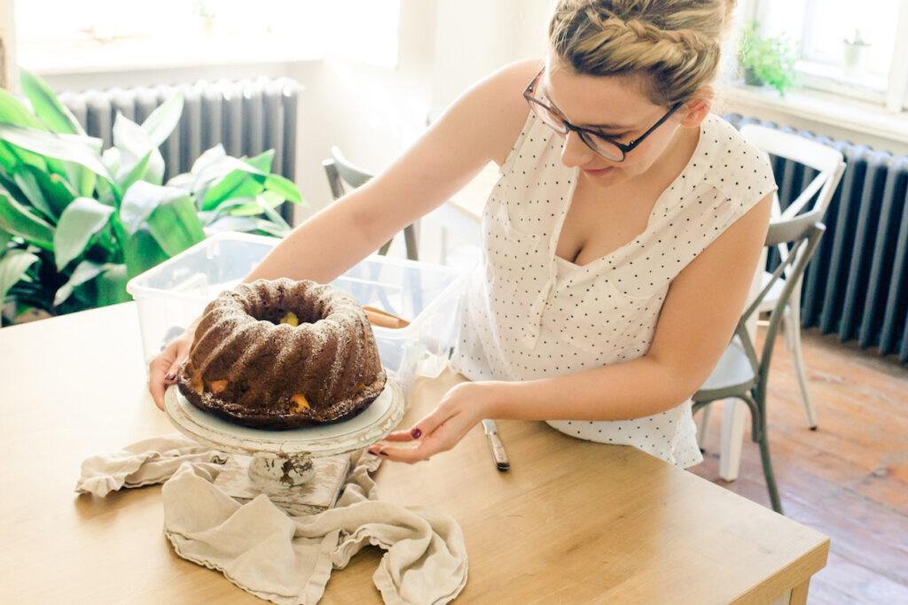Foodstylistin Verena Pelikan bei der Arbeit am Fotoset im Fotostudio SchlossStudio