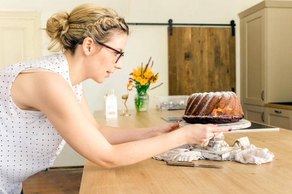 Foodstylistin Verena Pelikan bei der Arbeit in ihrem Fotostudio SchlossStudio im Weinviertel in Niederoesterreich