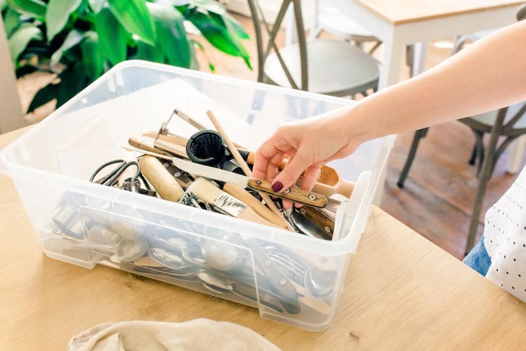 Foodstylistin Verena Pelikan bei der Auswahl der Dekorationsgegenstaende fuer ein Fotoshooting im Fotostudio SchlossStudio