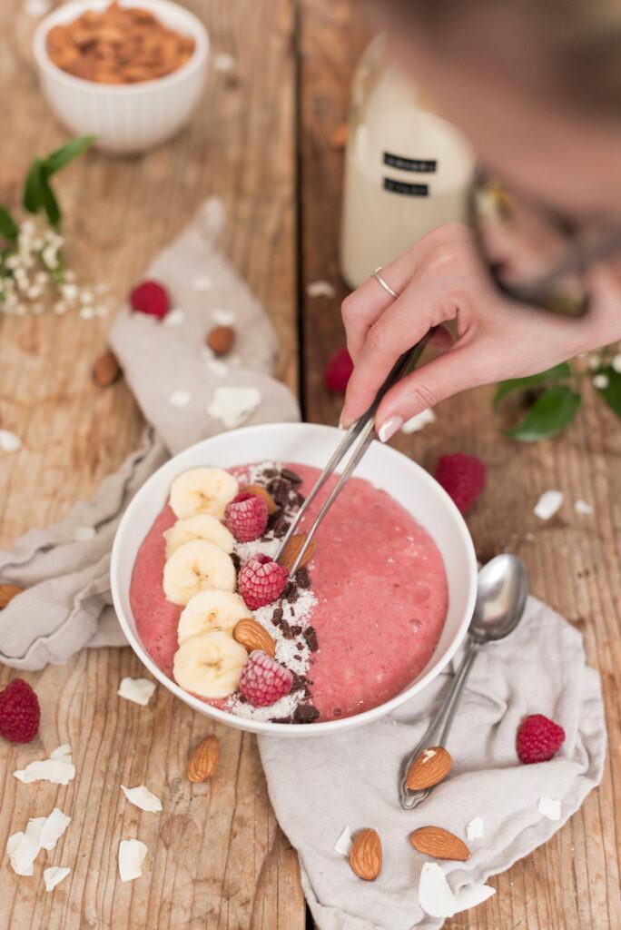Foodstylistin Verena Pelikan bringt die Zutaten in die richtige Position fuer das perfekte Foodphoto