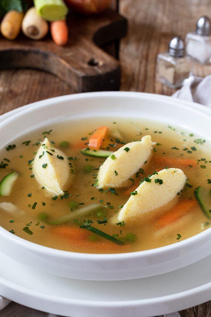 Griessnockerlsuppe gemacht und fotografiert von Foodfotografin Verena Pelikan im Fotostudio SchlossStudio