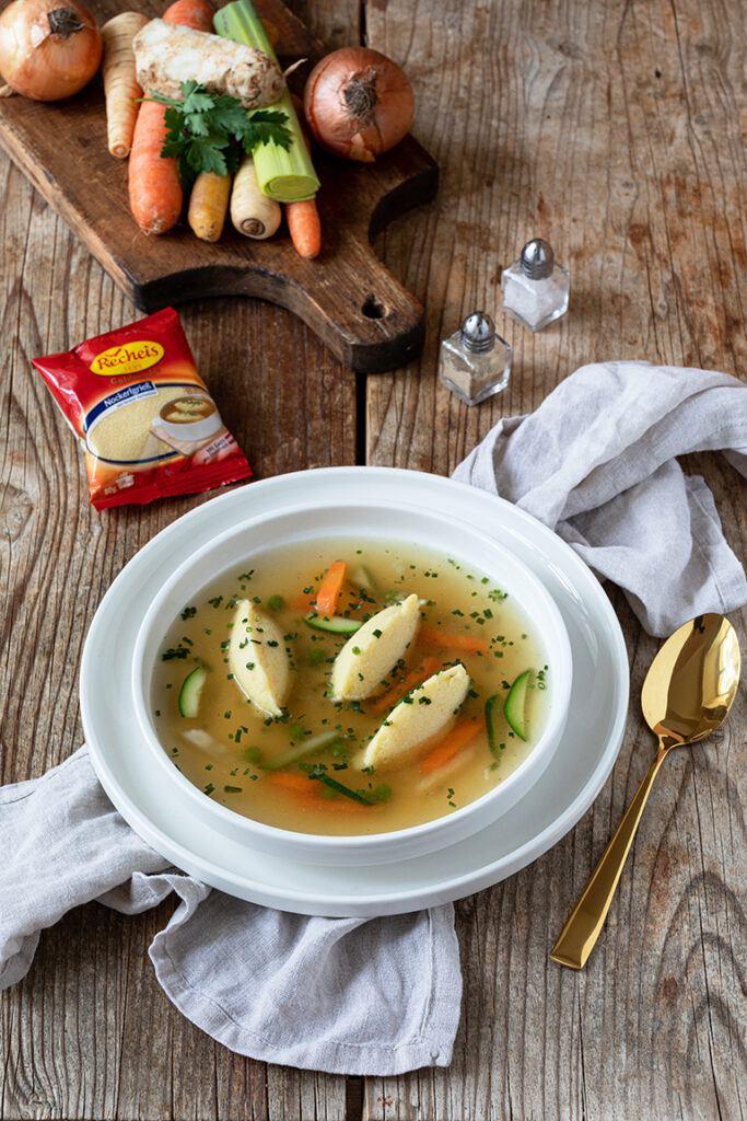 Griessnockerlsuppe mit selbst gemachten Griessnockerl fotografiert von Foodfotografin Verena Pelikan im Fotostudio SchlossStudio