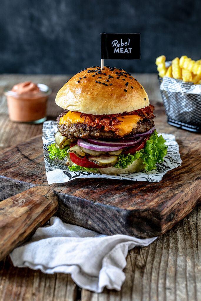Hamburger-Rezept-kreiert-und-fotogafiert-von-Verena-Pelikan-fuer-rebel-Meat