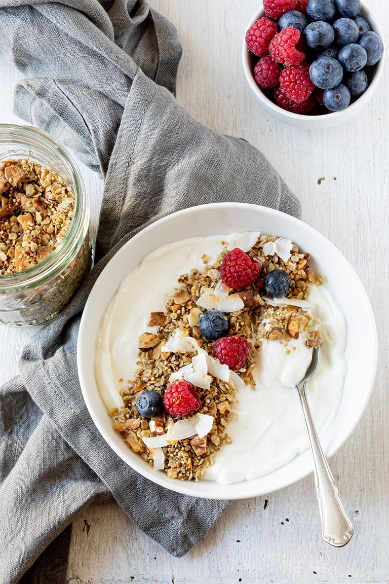Joghurt-mit-selbst-gemachten-Kokos-Granola-gemacht-und-fotografiert-von-Foodfotografin-Verena-Pelikan-fuer-Panaceo
