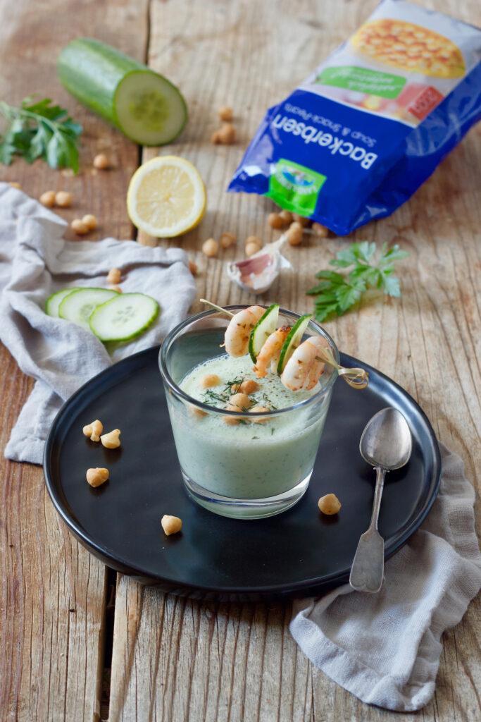 Kalte Gurkensuppe mit Backerbsen gekocht und fotografiert von Foodfotografin Verena Pelikan als Auftragsproduktion fuer Land-Leben