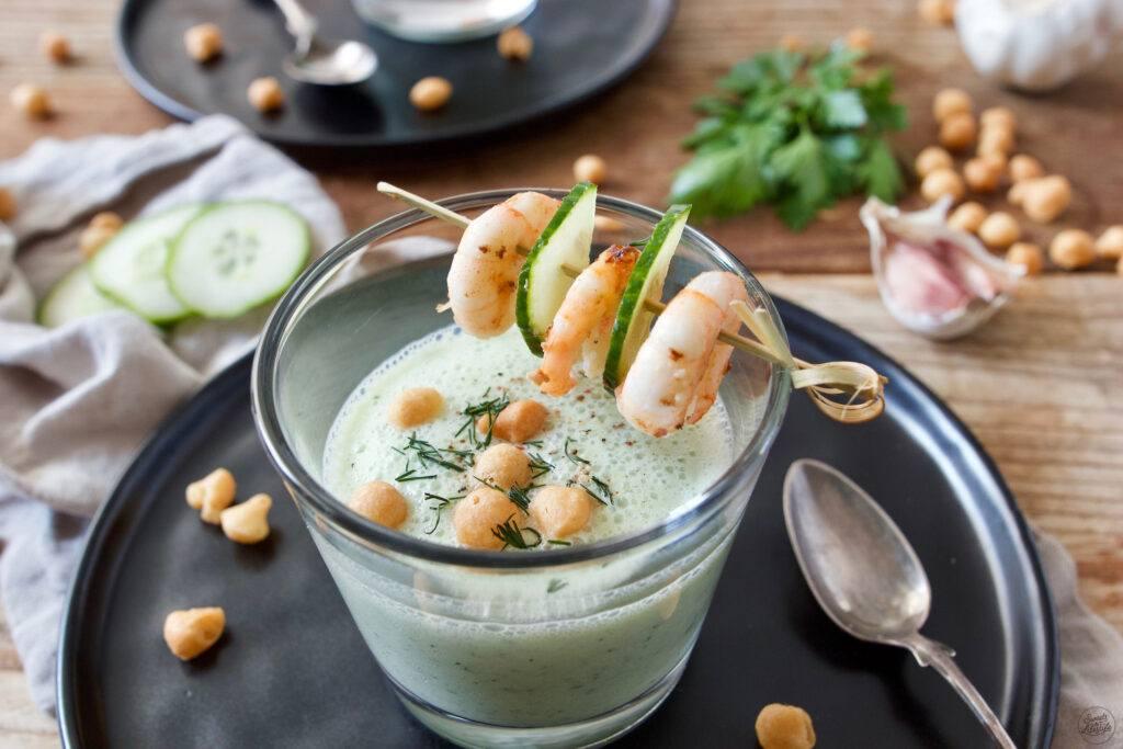 Kalte Gurkensuppe mit Garnelen gekocht und fotografiert von Foodfotografin Verena Pelikan als Auftragsproduktion fuer Land-Leben