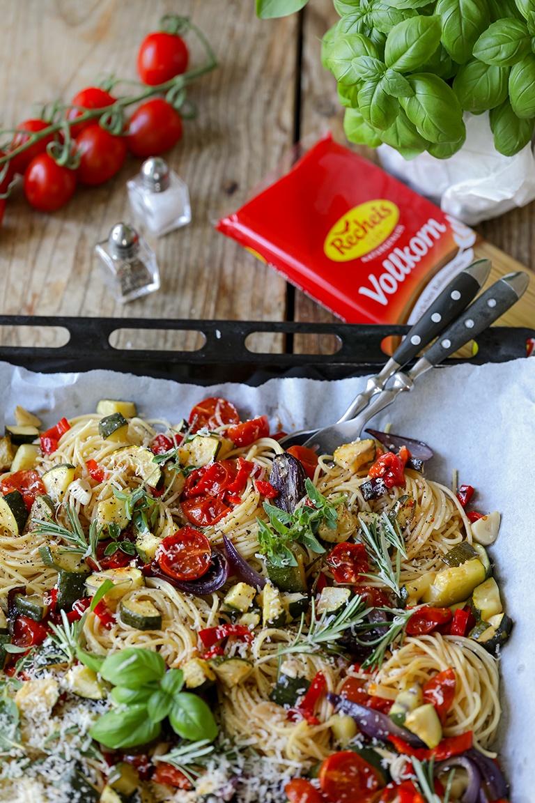 Recheis Spaghetti Nudeln mit Ofengemuese gekocht und fotografiert von Verena Pelikan im Kochstudio und Fotostudio SchlossStudio im Weinviertel in Niederoesterreich