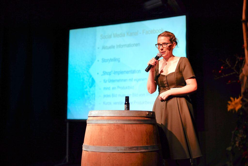 Online Marketing Experting Verena Pelikan haelt Praesentation zum Thema Produktpraesentation im Internet.jpg