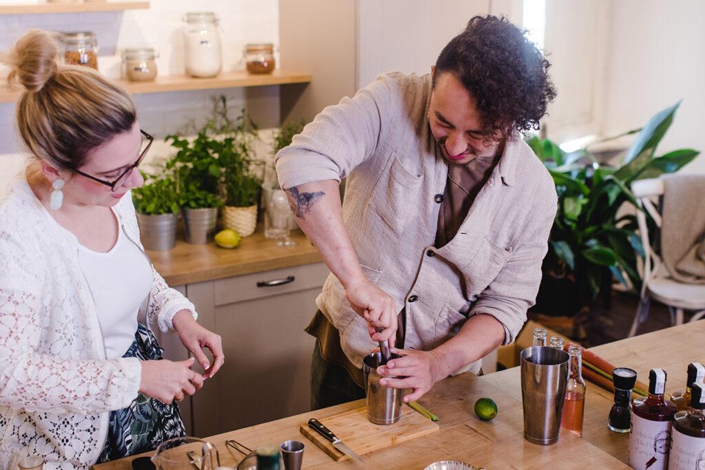 Barkeeper-Kan-Zou-beim-Zubereiten-von-seinem-Rhubarb-Gimlet-im-Kochstudio-SchlossStudio-von-Verena-Pelikan-im-Weinviertel