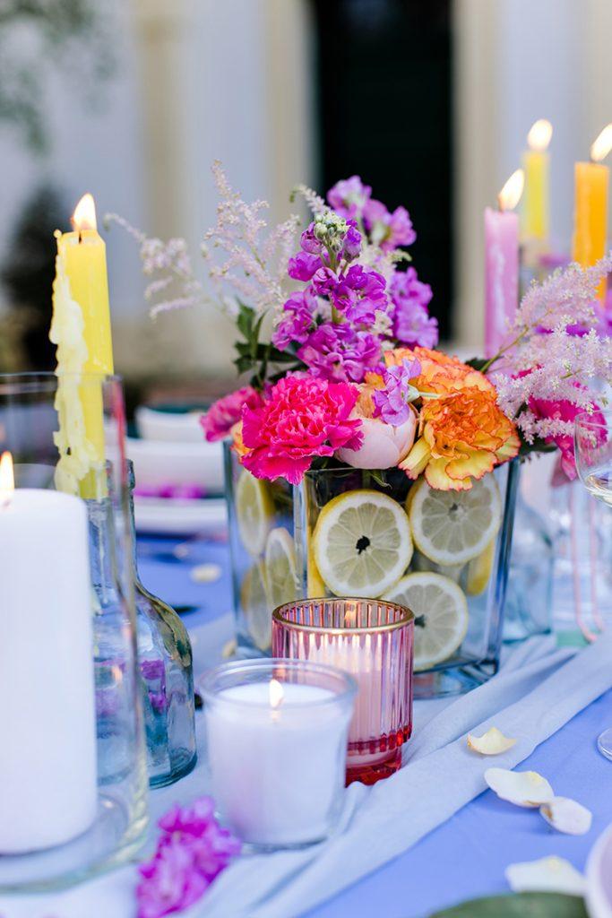 Bunte DIY Blumendeko und bunte Kerzen duerfen laut Dekoprofi Manuela Simek bei der Flamingo Party von Verena Pelikan im Kochstudio SchlossStudio nicht fehlen